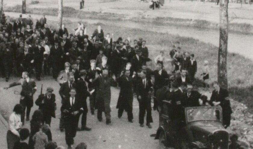 <p>Uitgejouwd door de Zutphense bevolking maken NSB-burgemeester Tesebeld en huizenopkoper Tesink op 19 april 1945 met opgeheven handen een &lsquo;ereronde&rsquo; over de Graaf Ottosingel door Zutphen. Foto: Stedelijk Museum Zutphen</p>