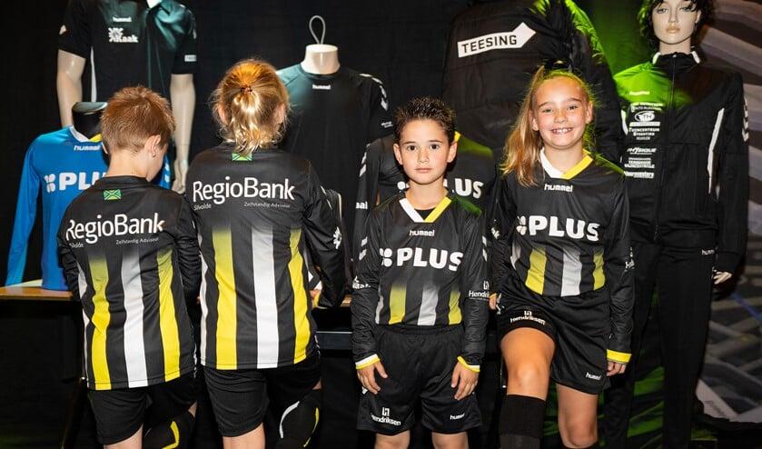Jeugdige voetballertjes van Silvolde en Terborg presenteren het nieuwe tenue. Foto: Iris Epping