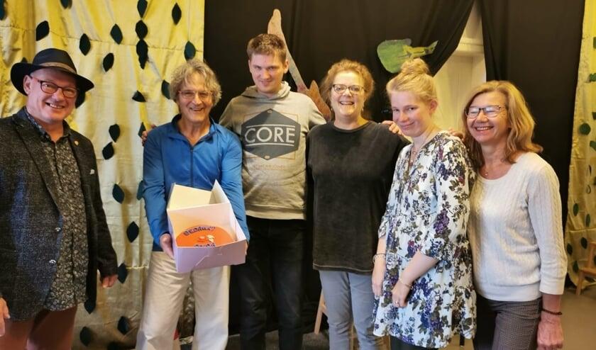 <p>Frans Manders, raadslid voor de PvdA Zutphen had de eer en het genoegen de taart te overhandigen aan docent drama en tai chi Thijs de Wit. Foto: PR<br><br></p>