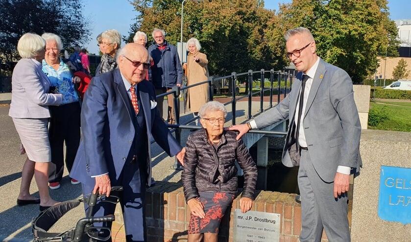 Mr. J.P. Drostbrug onthuld door mevrouw Cornelis en Peter Nieuwenhuis; zij wordt ondersteund door Aart Drost. Foto; Rob Weeber