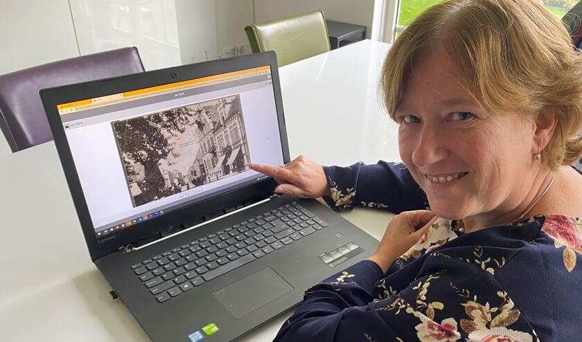 <p>Resy Oonk laat een digitale foto zien van de Markt in Lichtenvoorde omstreeks 1915. Foto: Bibliotheek Oost-Achterhoek<br><br></p>