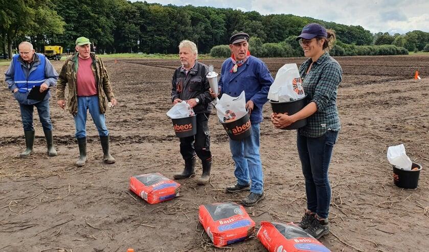 <p>Winnaars rechts op de foto: Egon Vest, Gijs Lourens en Sanne v.d. Velde (v.l.n.r.). Foto: John Gerritsen</p>