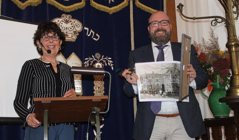 Mirjam Schwarz (l) heeft de synagoge zondag 10 oktober officieel overgedragen aan de Anne Joldersma, die van Schwarz de originele bouwtekening en het bestek uit 1888 overhandigd kreeg.  Foto Lineke Voltman