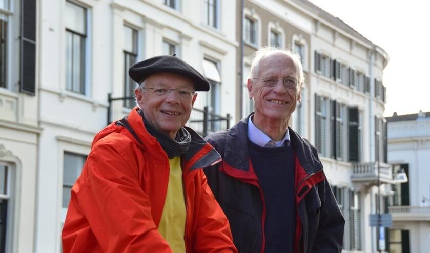 <p>Penningmeester Henk Sieben en voorzitter Adriaan van Oosten met op de achtergrond het 19e-eeuwse decor van de IJsselkade. Foto: Alize Hillebrink&nbsp;</p>