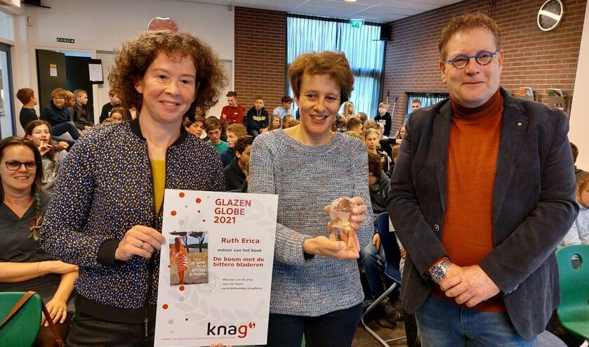 Van links naar rechts: Juryvoorzitter Daphne Rijborz, schrijfster Ruth Erica en wethouder Henk Jan Tannemaat na de prijsuitreiking. Foto: Han van de Laar