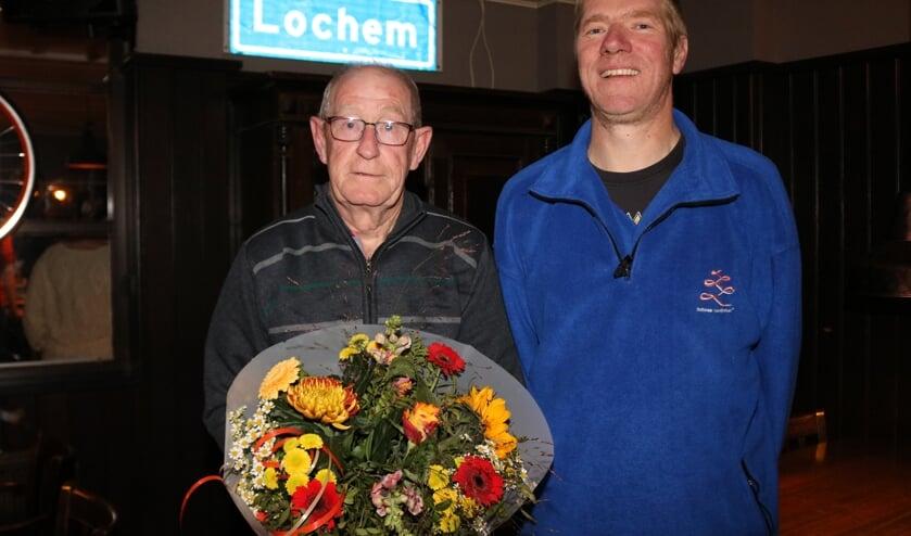 <p>Johan Tijink (links) gaf afgelopen donderdagavond zijn voorzittershamer over aan Michel Wever (rechts). Foto: Arjen Dieperink</p>