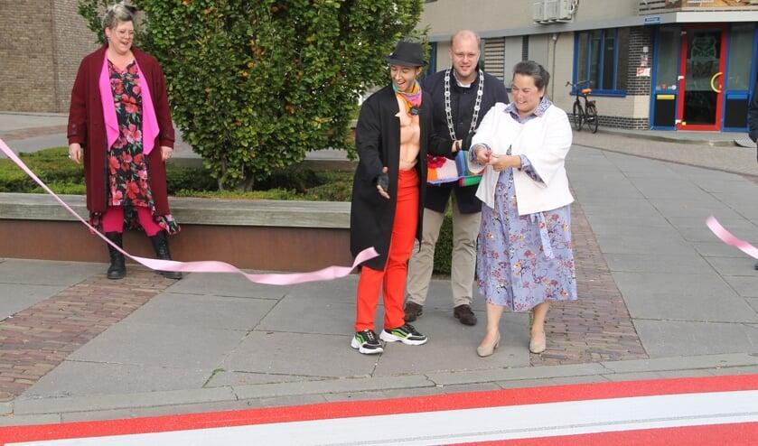 <p>Wethouder Elvira Schepers heeft het regenboog zebrapad geopend met assistentie van dragking Mason to Night. Burgemeester Joris Bengevoord en Nicole Rouwmaat kijken toe. foto Lineke Voltman</p>