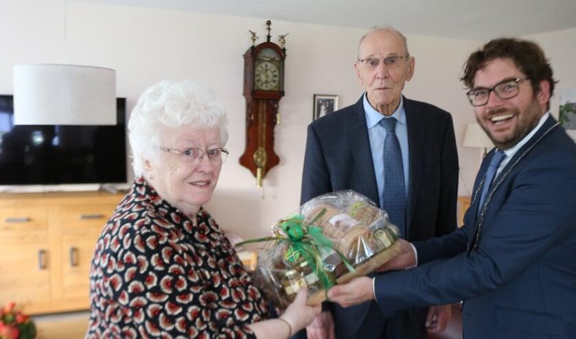 <p>Het echtpaar Dieperink-Timmerije ontvangt van burgemeester Sebastiaan van &#39;t Erve het geschenk. Foto: Arjen Dieperink</p>