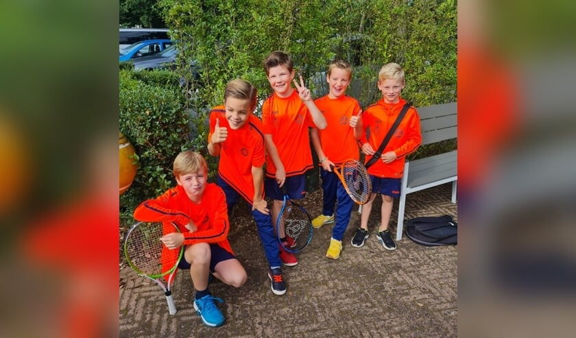 <p>Nieuwe kleding voor jeugd De Rietstap. Foto: Michel Heideman</p>