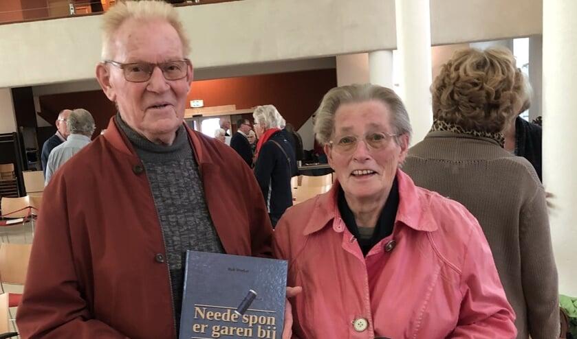 Geïnterviewde Gerrit Heijdemann, voormalig getouwhersteller bij Ter Weeme, toont samen met zijn echtgenote het boek 'Neede spon er garen bij'. Foto: Bert Izaks