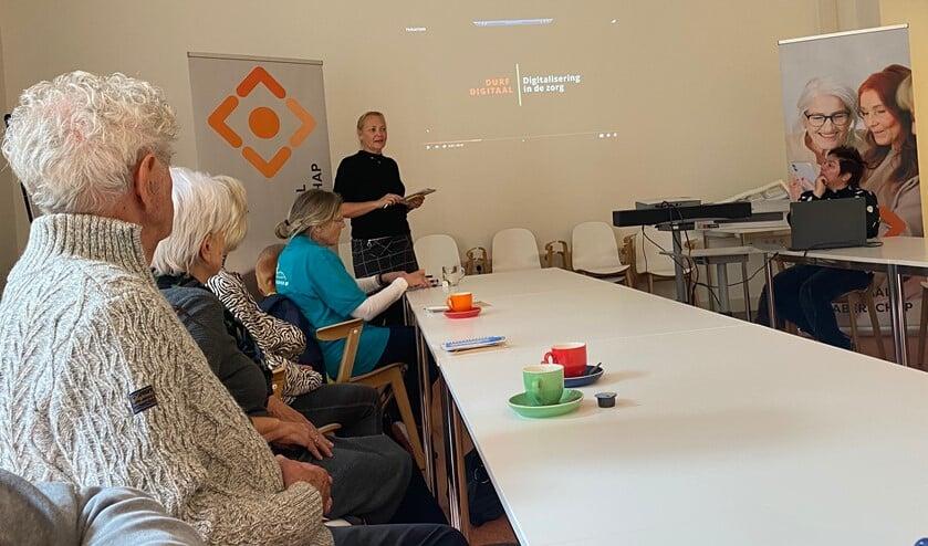 Petra Frolich van Bibliotheek Montferland legt uit hoe ouderen hulp kunnen krijgen bij digitale onderwerpen. Foto: Karin van der Velden