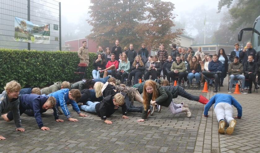 <p>Terwijl de leerlingen de opdrachten uitvoerden, keken de studenten toe. Foto: Arjen Dieperink</p>