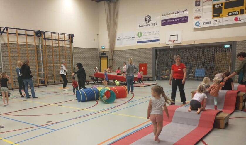 <p>Onder leiding van Ivet Harperink werden de kinderen uitgedaagd om vooral lekker te spelen. Foto: PR </p>