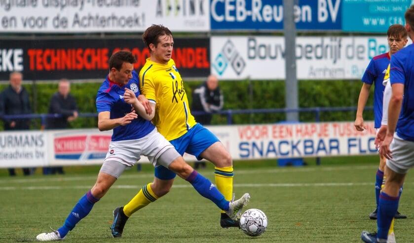 Een duel tijdens de wedstrijd Grol 1 - BWO 1. Foto: Marcel Houwer