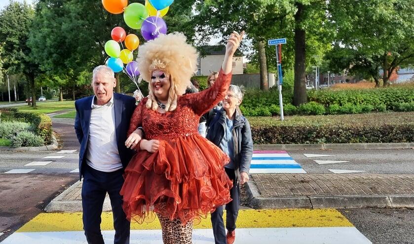 <p>Wethouder Jos Hoenderboom loopt met Mary Miracle over het eerste regenboogpad in de gemeente Oost Gelre.</p>