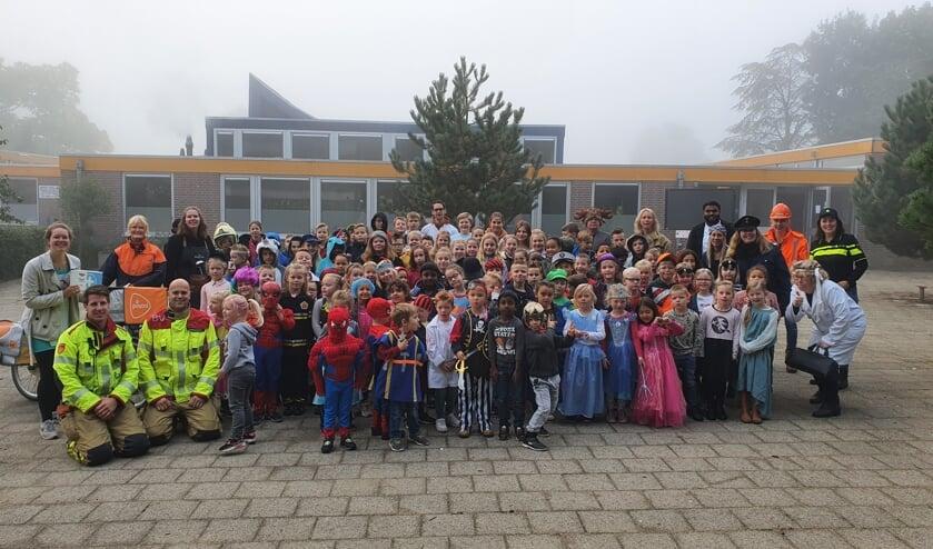 De postbode, de kok en de brandweermannen gingen op de foto met de kinderen van de OBS Noord. Foto: PR