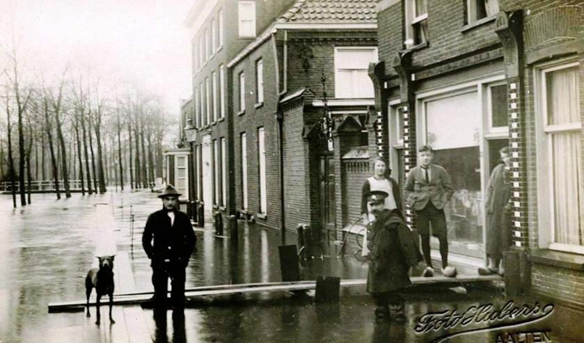 Aalten circa 1926, Dijkstraat, overstroming bij kruidenierswinkel. Foto Collectie Tonnie Stoltenborg