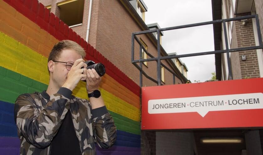 Jongerenwerker Colin te Booij is zelf ook gek op fotografie. Foto: Gerwin Nijkamp