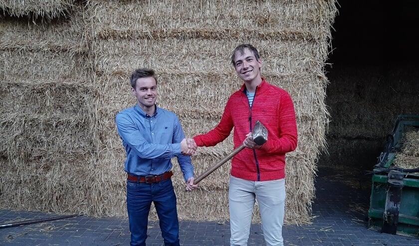 <p>Bob Keurentjes (l) nam vorige week de ludieke voorzittershamer van het GAJK over van Gert Jan Eggink. Foto: PR</p>
