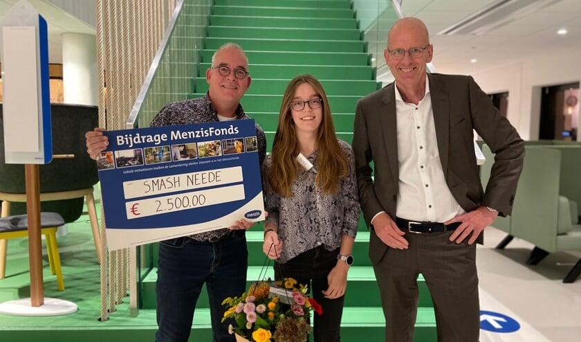 Bob (l) en Daisy Tetteroo met de check van 2500 euro. Foto: PR