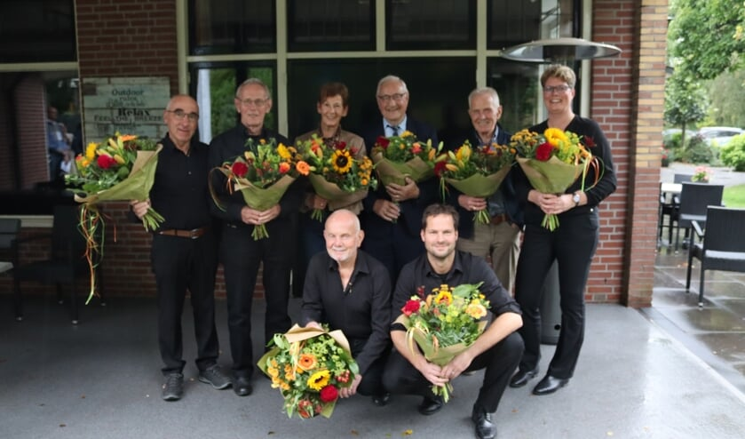 <p>Gerard Dibbelink 40 jaar lid, Frans Wolterink 65 jaar lid, Thea Wolterink echtgenoot jubilaris Leo Wolterink 65 jaar lid, Hugo Klein Severt 65 jaar lid, Bennie Wolterink 65 jaar lid, Hester Huiskamp- Uwland 25 jaar lid. Onder van links naar rechts: Willy Wolterink 60 jaar lid, Mark Wassink 25 jaar lid. Foto: PR Sint Jan</p>