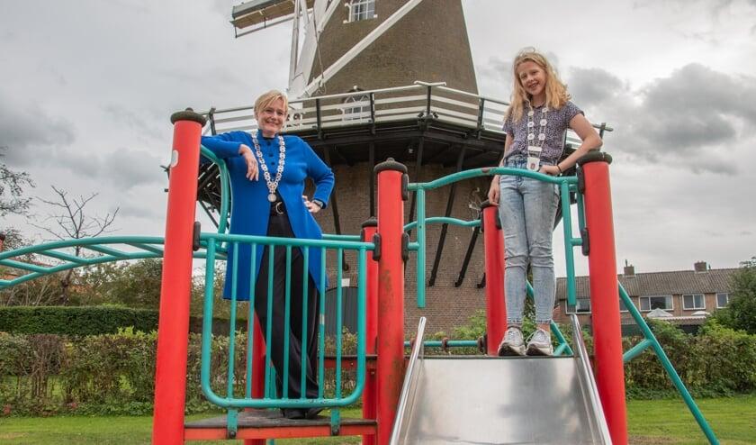 <p>Anne Letink zette zich met het kinderparlement in voor sport en speeltuinen en wilde graag met burgemeester Marianne Besselink op de foto in de speeltuin vlakbij haar huis. Foto: Liesbeth Spaansen</p>