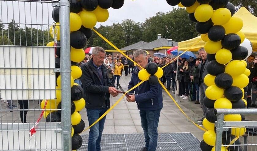 <p>De offici&euml;le opening van het kunstgrasveld werd verricht door Frank Veenendaal (l) en Lammert Smeitink. Foto: Damian Piekaar</p>