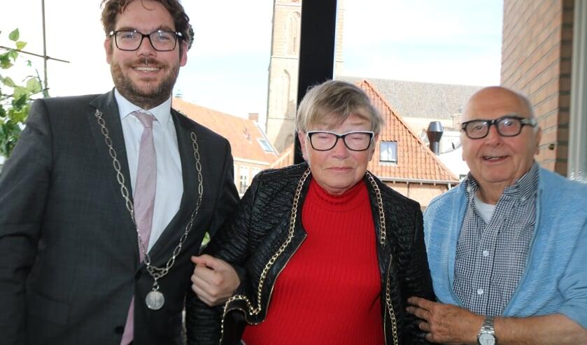<p>Burgemeester Sebastiaan van &#39;t Erven bezocht het echtpaar Hennie en Truus Bouwmeester-Bosch. Foto: Arjen Dieperink</p>