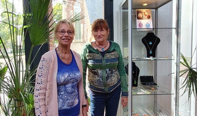 <p>Keramiste Corrie Dinnissen uit Doetinchem en sieradenmaakster Truus Hiddink uit Zelhem exposeren in De Huve. Foto: PR</p>
