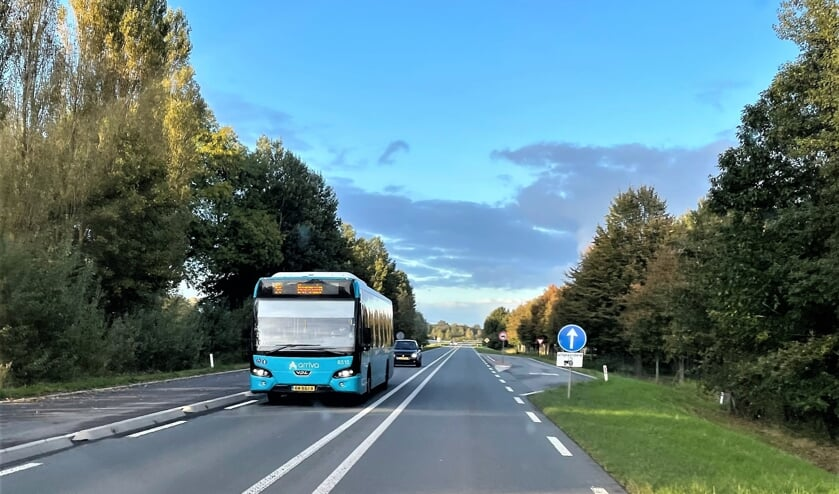 Bus 56 rijdt over de Rondweg West bij Lochem. Foto: Henri Bruntink