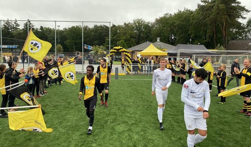 <p>De spelers van VV Vorden en WSV krijgen een feestelijke entree op het kunstgrasveld. Foto: Damian Piekaar</p>