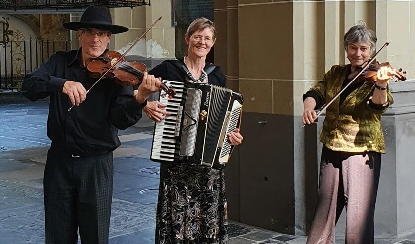 De verhalen in de Bibliotheek Zutphen worden afgewisseld met klezmermuziek door het trio Klezfreilachs. Foto: PR
