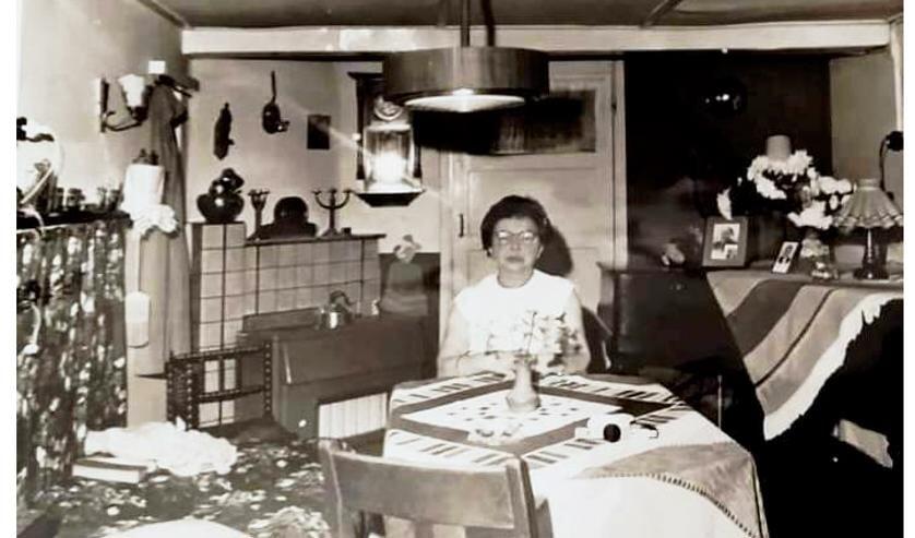 Bredevoort, Toontje Wensink in haar huiskamer. Foto: Frits Onnink.