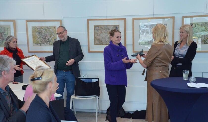 <p>Burgemeester Annemieke Vermeulen overhandigt de Meander aan de kinderen van beeldend kunstenares Ma&iuml;t&eacute; Duval. Foto: Vincent Kramer</p>