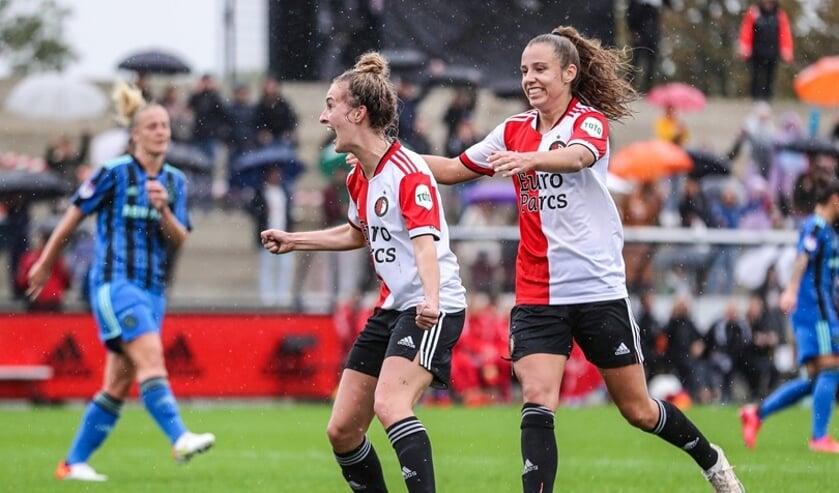 Maxime (midden) direct na haar doelpunt.