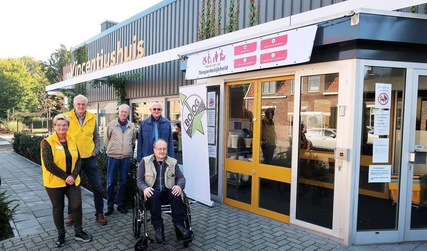 Vlnr: Cintha Lensink, Gerard Kamp, Ton Goossens, Theo Bloemenkamp en in de rolstoel Wilfried Klein Avink. Foto: Theo Huijskes