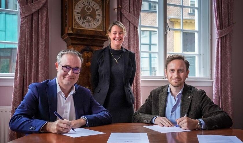 Ondertekening door directeur Aevitae Geert van Kruistum (links) en directeur Bernard Verbeek in aanwezigheid van wethouder Laura Werger. Foto: gemeente Zutphen