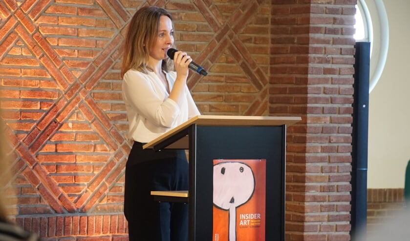 <p>Sylvia Heijnen opent de tentoonstelling. Foto: Frank Vinkenvleugel</p>
