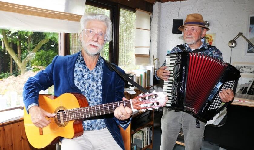 <p>Arnold Slaghek (gitaar) en Rien Wulffraat (accordeon) zijn druk aan het oefenen voor het kamerconcert. Foto: Arjen Dieperink</p>