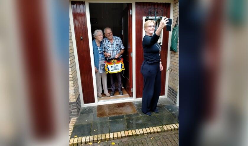 Toos en Jan Haveman uit Drempt kregen voor hun 65-jarig huwelijksfeest bezoek van burgemeester Besselink. Foto: Wilma Oortgiesen