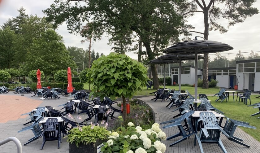 <p>Het terrasmeubilair van zwembad In de Dennen is aan vervanging toe. Foto: PR</p>