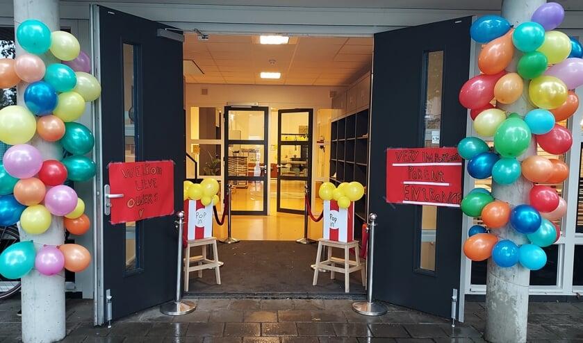 <p>Sinds lange tijd mochten ouders van leerlingen van De Dorpsschool het schoolgebouw weer gezamenlijk betreden. Reden genoeg om de entree te versieren. Foto: De Dorpsschool</p>