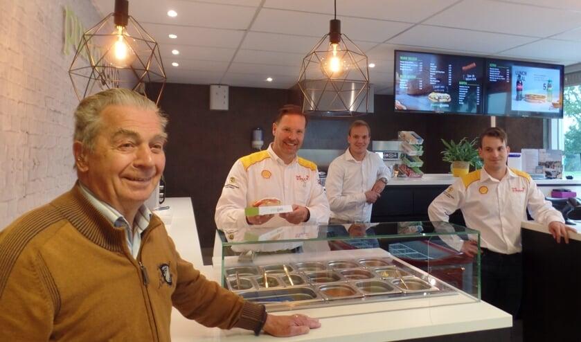 <p>Onder toeziend oog van Driekus Groot Jebbink, staan Jan, Jochem en Steven Groot Jebbink (v.l.n.r.) in de nieuwe Punto Gusto bakery van het tankstation. Foto: Jan Hendriksen</p>