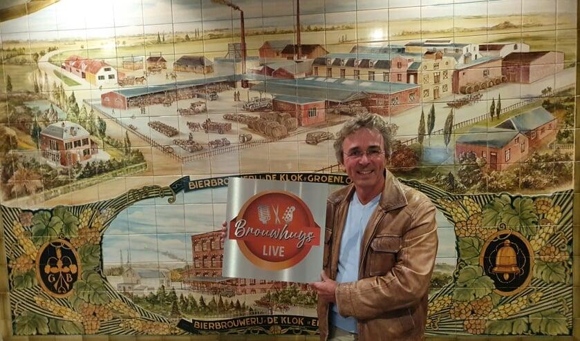 Een blije voorzitter Marcel Teunissen met het nieuwe logo van Brouwhuys LIVE