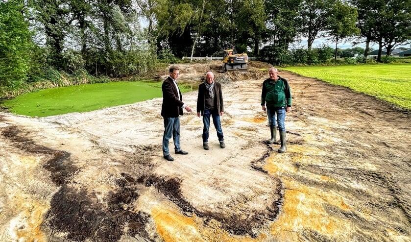 Vlnr: wethouder Henk van Zeijts, Johan Busger op Vollenbroek van Natuur in de Graafschap en Wilfried Berendsen van 't Onderholt bij de poel die wordt hersteld. Foto: Henri Bruntink
