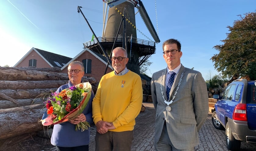 Gerard en Riki Effting, met burgemeester Van Oostrum, na de plechtigheid. Foto: Peter Vorderman