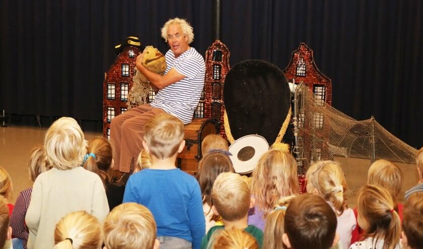<p>Acteur Dolf Moed nam de kinderen op een boeiende manier mee in zijn verhaal &#39;Wat wil je worden? &#39;. Foto: Arjen Dieperink</p>