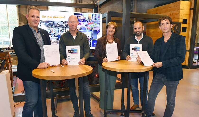 Vlnr: Mike Broekhuizen (namens de opleidingsinstituten), Hans de Neling (Almende College), Marieke Overduin (wethouder gemeente Oude Ijsselstreek), Arthur Jansen (namens de Industriële Kring IBOIJ) en Gijs Smeman (CIVON). Foto: PR
