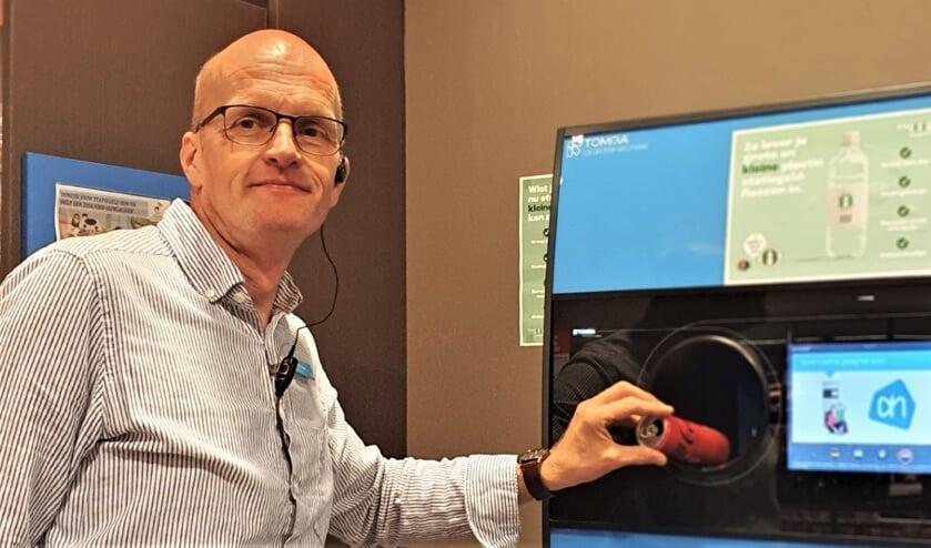 <p>Ondernemer Heico Wansink van AH Hengelo demonstreert dat de emballage automaat ook statiegeld geeft voor drankblikjes. Foto: Alice Rouwhorst</p>