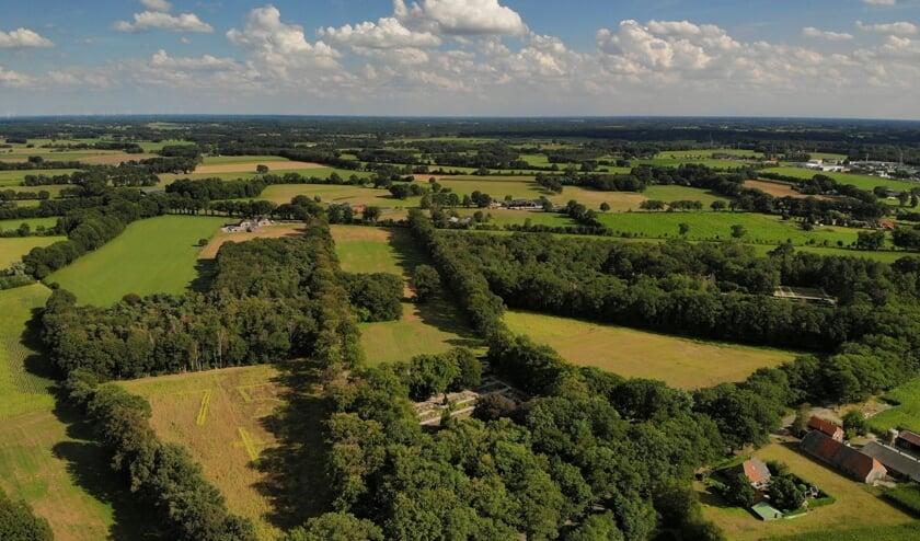 <p>Een luchtfoto van de beoogde locatie voor het Vrijheidsbos, met op het terrein links vooraan in zonnebloemen het getal 75 en een kruis.. Foto: PR</p>